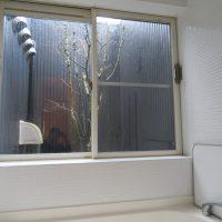 浴室窓(奥に坪庭あり)